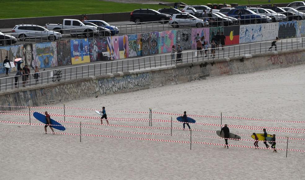 Surfistas são autorizados a retornar à praia de Bondi, em Sydney, na Austrália  — Foto: James D. Morgan/Getty Images