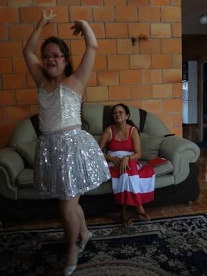 Dona Miolene assistindo a filha dançar (Foto: Do G1 Pará)