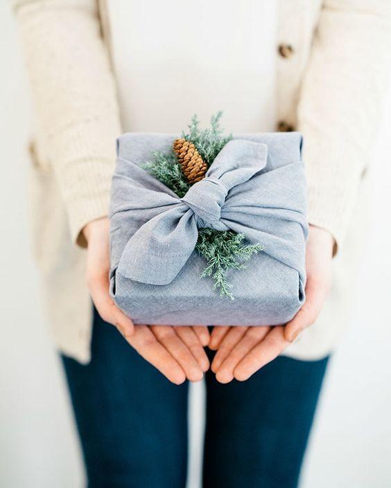 Embrulho de presente feito com toalha ou lenço (Foto: Pinterest)