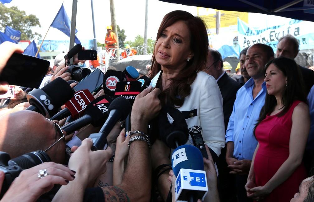 A ex-presidente argentina Cristina Kirchner fala com a imprensa nesta quinta-feira (9) após deixar corte em Buenos Aires — Foto:  REUTERS/Marcos Brindicci