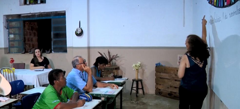 Professora montou uma escola dentro do bar que comprou em Gavião Peixoto — Foto: Toni Mendes/EPTV