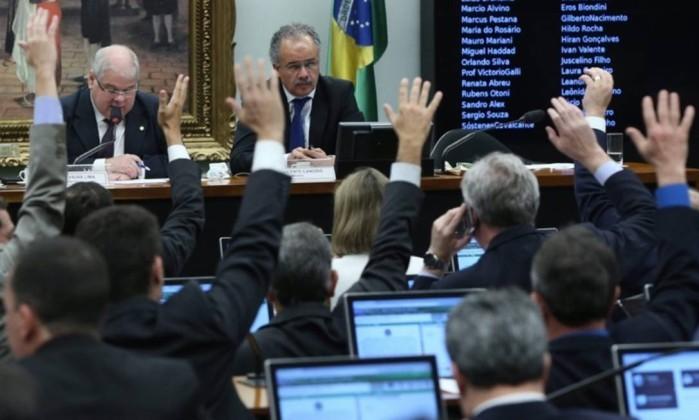 Reunião da comissão da reforma política, na Câmara  (Foto: Givaldo Barbosa / O Globo)