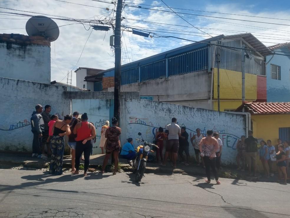 Moradores da Vila Cafezal se aglomeram para fazer cadastro do auxílio emergencial — Foto: Cristina Pereira/Arquivo pessoal