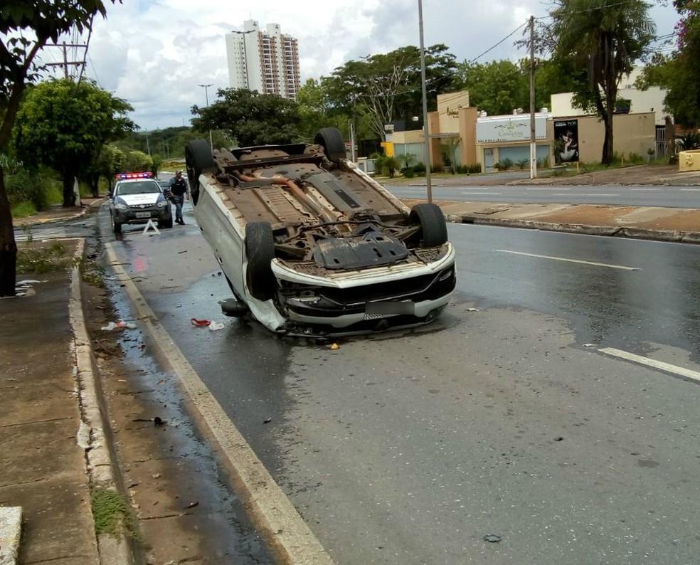 Motorista disse que trafegava em baixa velocidade quando teve o carro atingido (Foto: Luiz Gonzaga Neto/TVCA)