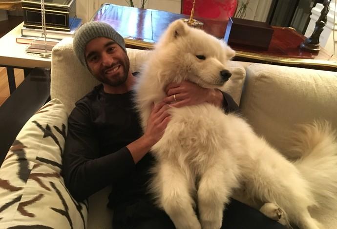 Lucas Moura com o cachorro Flecha na casa onde vive em Paris (Foto: Ivan Raupp)