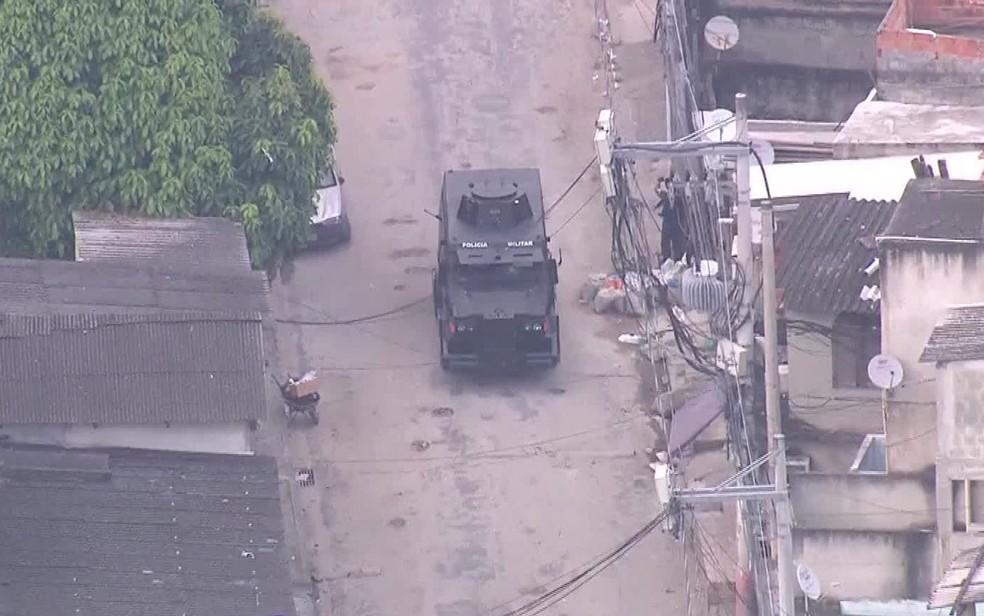 Caveirão circula pelas ruas da Cidade de Deus; Comunidade é citada como 'vermelha' em estudo sobre vitimização policial (Foto: Reprodução / TV Globo)