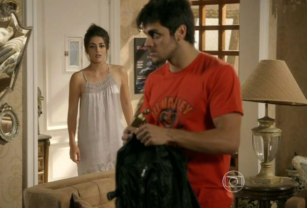 Cobra (Felipe Simas) tenta roubar objeto de valor na casa de Jade (Anaju Dorigon) - 'Malhação Sonhos' — Foto: Globo