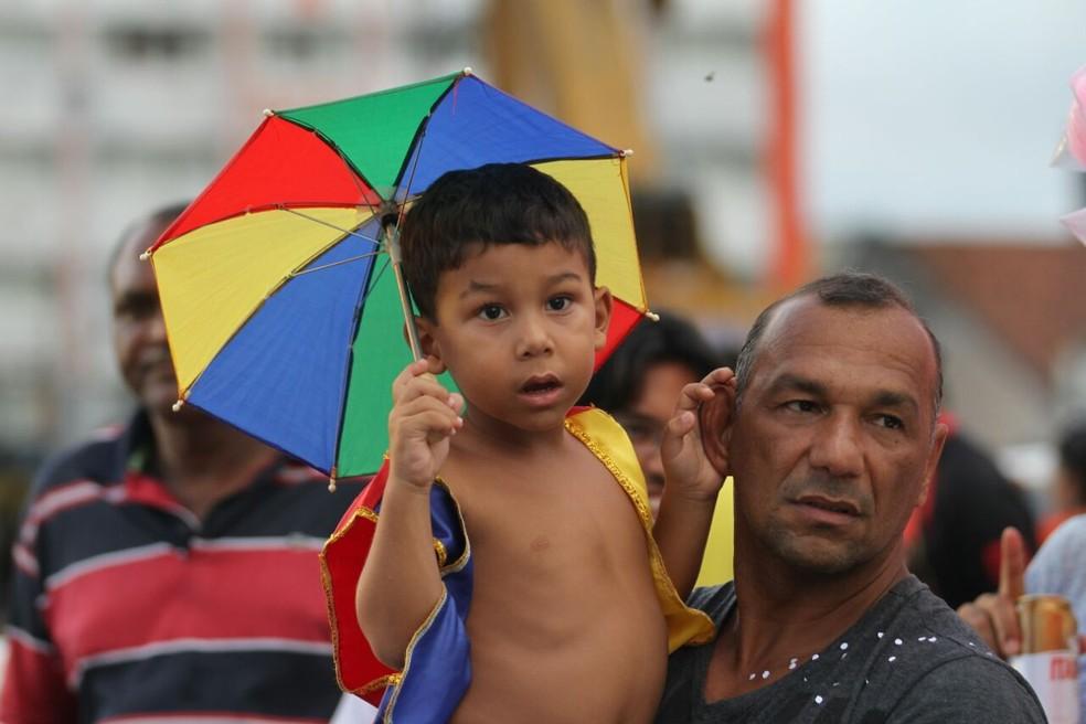 Montagem do galo gigante atrai muita gente para Ponte Duarte Coelho, no Centro do Recife (Foto: Marlon Costa/Pernambuco Press)