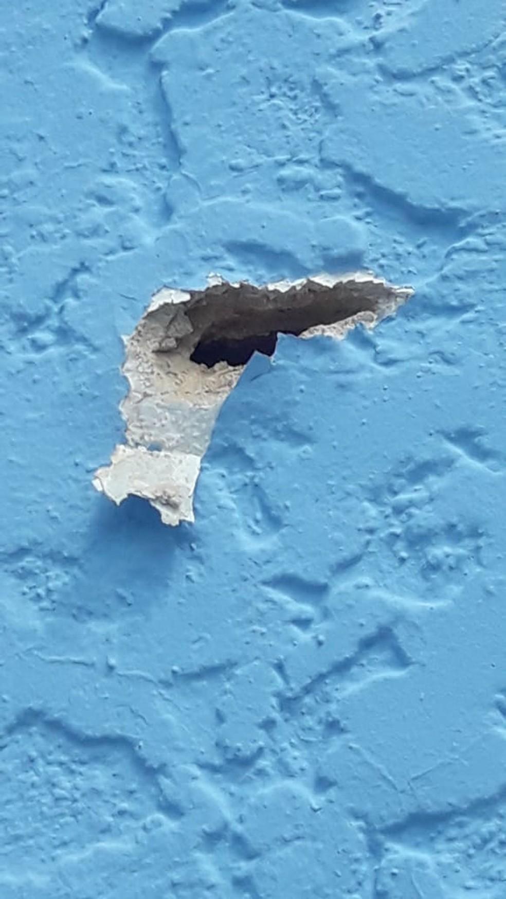 Tiros atingiram parede de colégio em Angra dos Reis — Foto: Redes Sociais