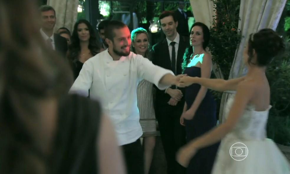 Maria Clara (Andréia Horta) convida Vicente (Rafael Cardoso) para dançar - 'Império' — Foto: Globo