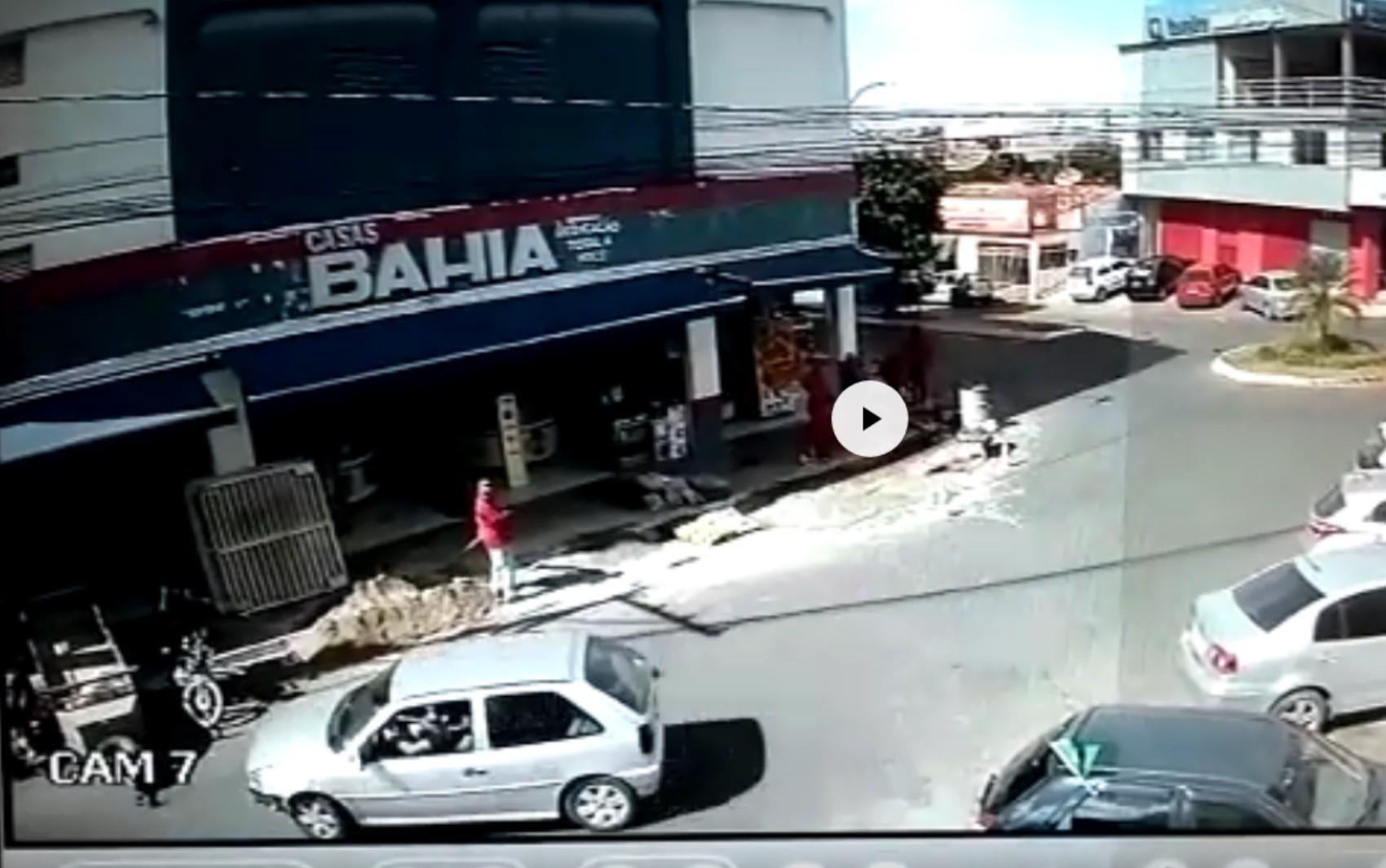 Vídeo mostra carro desgovernado invadindo loja de móveis e eletrodomésticos em Luziânia, GO