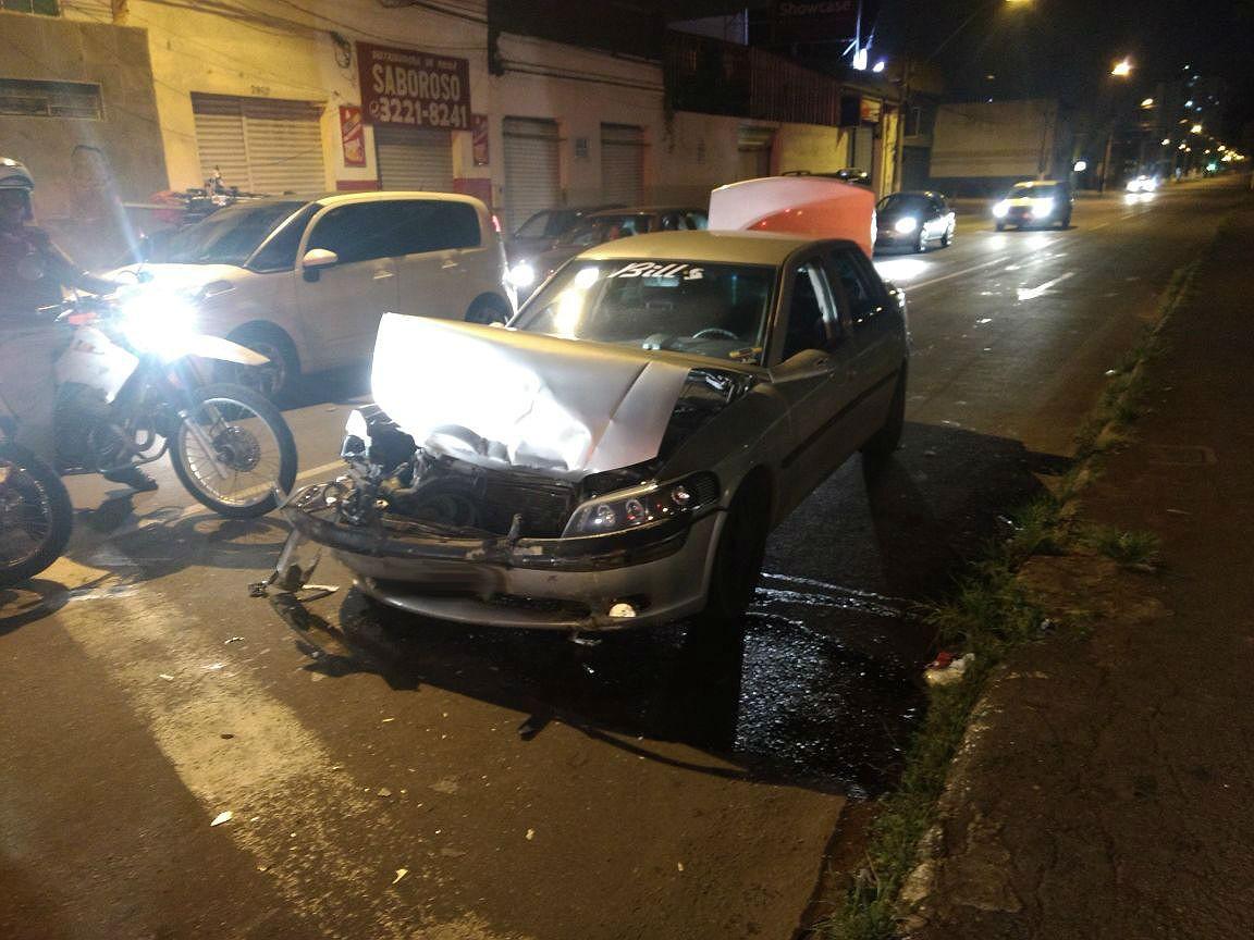 Motorista abandona carro e foge após se envolver em acidente em Juiz de Fora