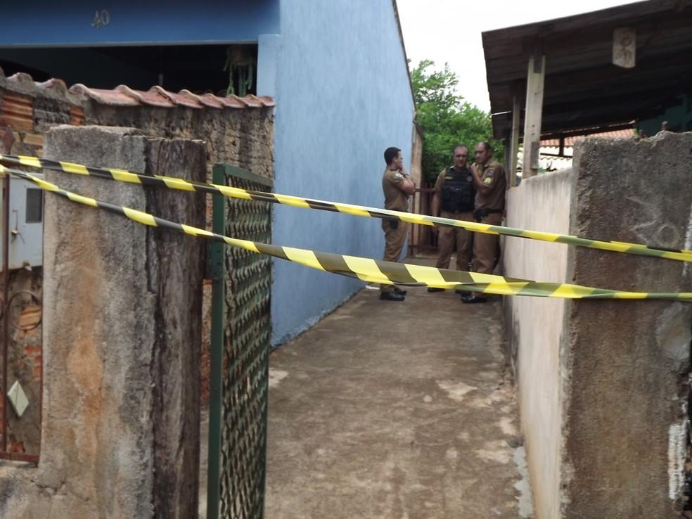 Suspeito pulou o muro e atacou as vítimas dentro de uma casa — Foto: Blog do Chaguinhas/Divulgação