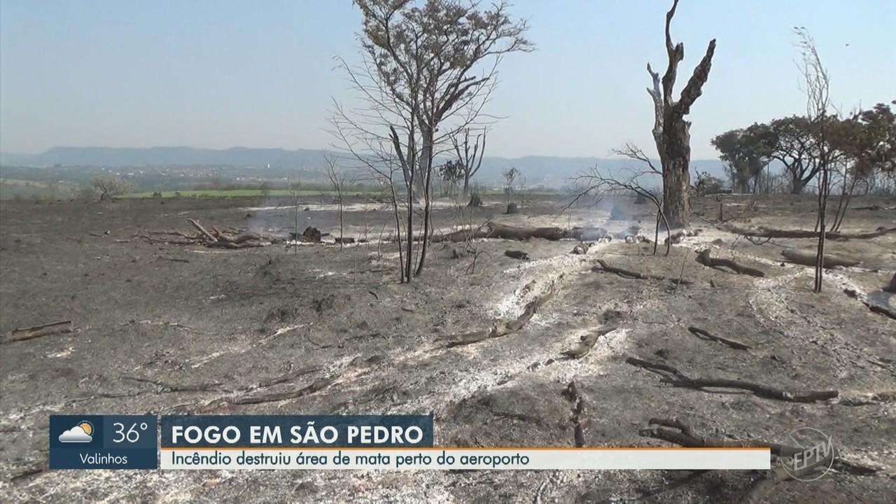 Incêndio atinge área de mata próxima a Aeroporto de São Pedro, SP
