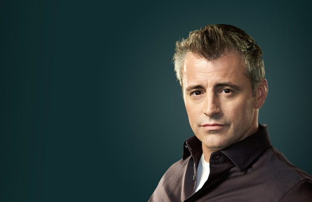 Depois de arrasar os corações femininos como Joey em 'Friends', Matt LeBlanc atualmente interpreta ele mesmo em 'Episodes' (Foto: Divulgação)