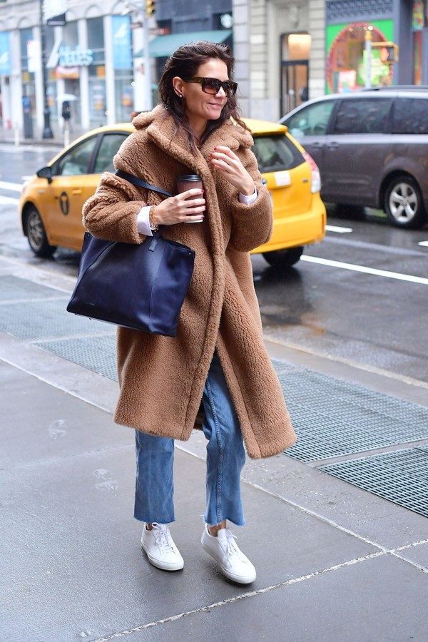 New York, NY  - New Year, New Me? Actress, Katie Holmes is spotted treating herself to a spa date while out and about in NYC. Katie was all smiles as she hopped out of a yellow taxi rocking jeans and an oversized brown sherpa coat.Pictured: Katie Holm (Foto: Skyler2018 / BACKGRID)