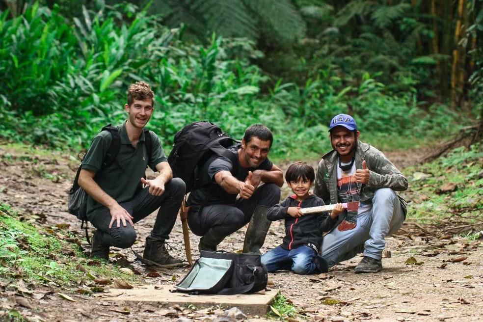 Grant Jonhson, Isaías Santos e Henrique Domingos (com seu filho Caetano) são alguns dos pesquisadores da descoberta  — Foto: Henrique Domingos/IPBio Brasil
