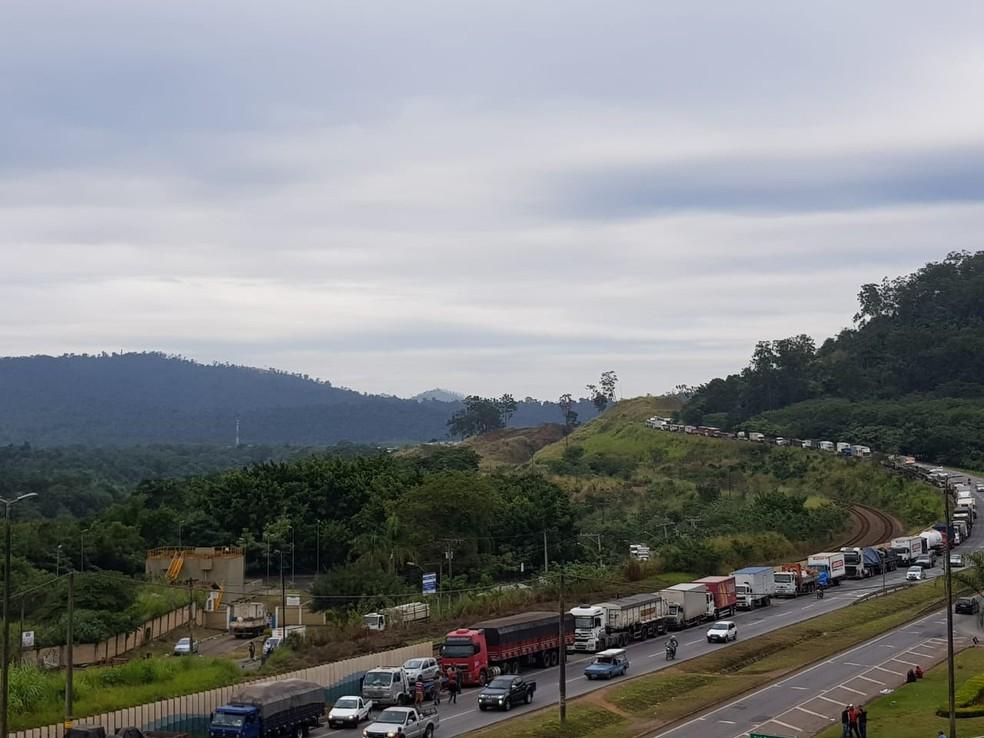 Caminhoneiros estão estacionados no acostamento da BR-381, em Ipatinga no segundo dia de protesto  (Foto: Patrícia Belo/G1)