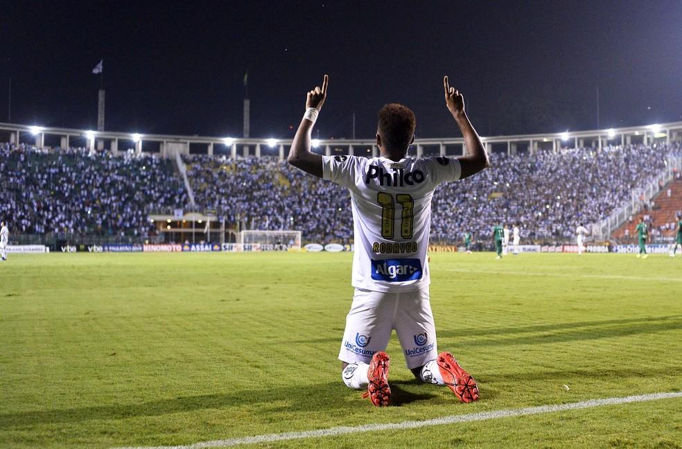 Rodrygo comemora o terceiro gol do Santos — Foto: Marcos Riboli