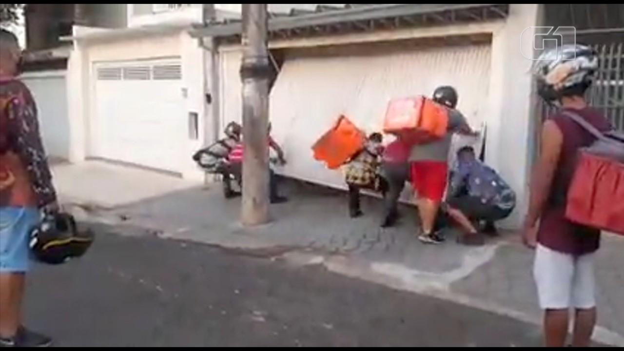 Motoboys de aplicativos de comida depredam casa e carro de morador no interior de SP
