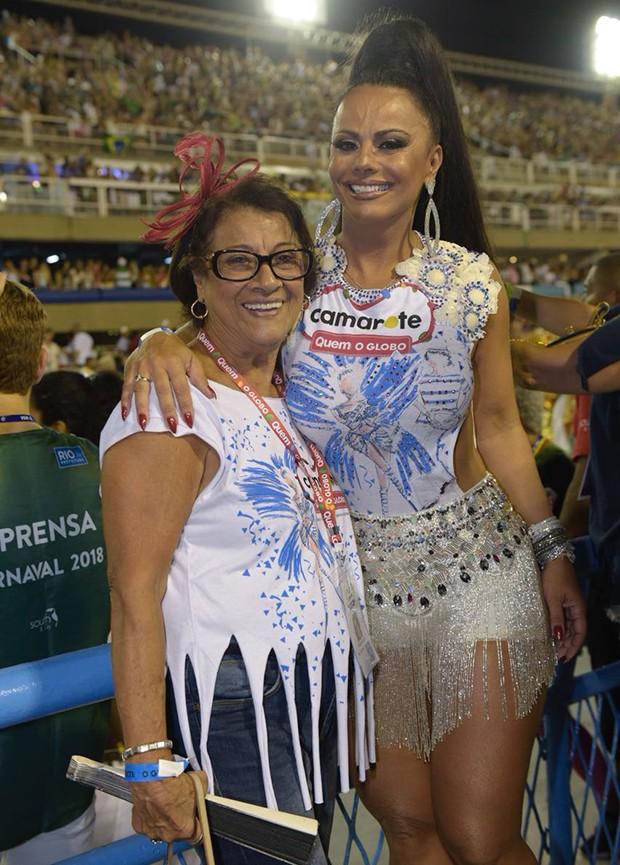 Viviane Araújo com a mãe, Dona Neusa (Foto: Selmy / Ed. Globo)