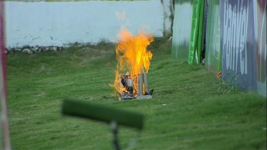 Jogo do Inter é paralisado, e atacante dá uma de bombeiro para apagar fogo atrás de um dos gols