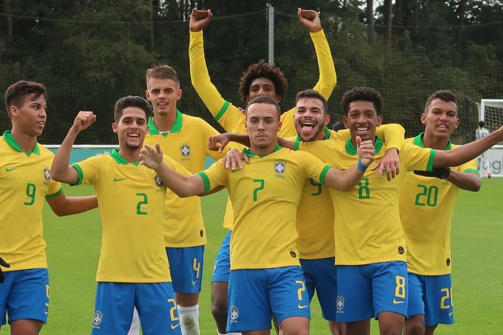 Kaio Jorge (9), Yan (2), Talles Magno (de braços erguidos). Peglow (7), Daniel Cabral (5), Talles Costa (8), Veron (20) e Luan Patrick (4), todos do time titular do Brasil sub-17 — Foto: Bruno Pacheco/CBF