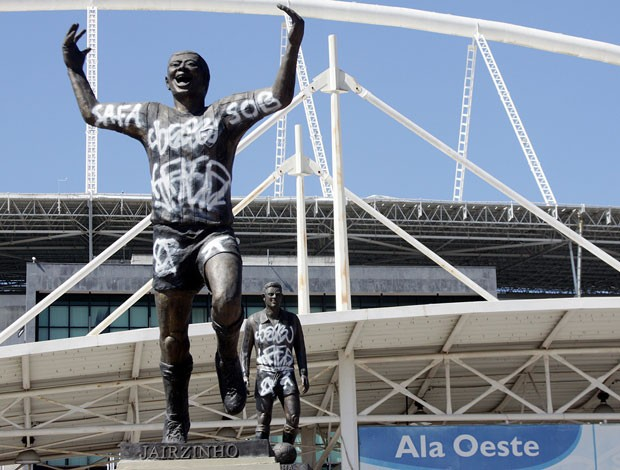 garrincha jairizinho estatua botafogo engenhão pichada (Foto: Thiago Lara/O Dia)
