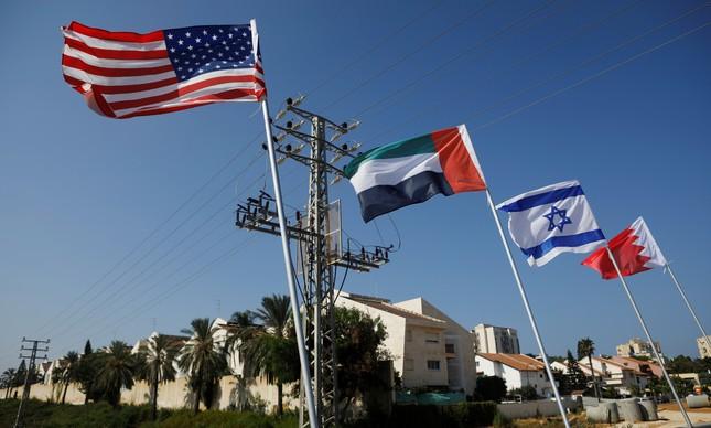 Bandeiras dos EUA, Emirados Árabes, Israel e Bahrein, hasteadas em uma estrada de Netanya