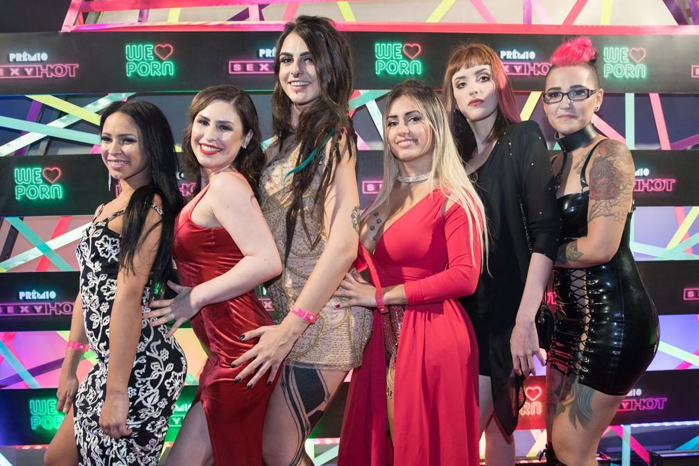 Confraternização entre amigas no tapete vermelho do Prêmio Sexy Hot 2018 — Foto: Celso Tavares/G1