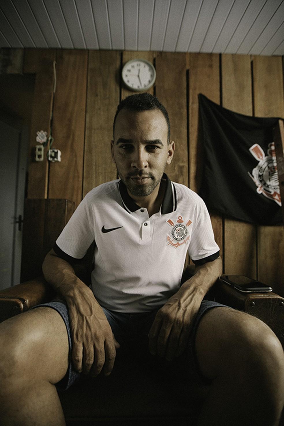 Torcedor posa com nova camisa do Corinthians — Foto: Divulgação