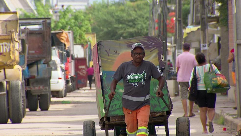 O catador de recicláveis Lúcio Barbosa, de 58 anos, construiu e mobiliou sua casa com o trabalho de reciclagem (Foto: Reprodução/TV Globo)