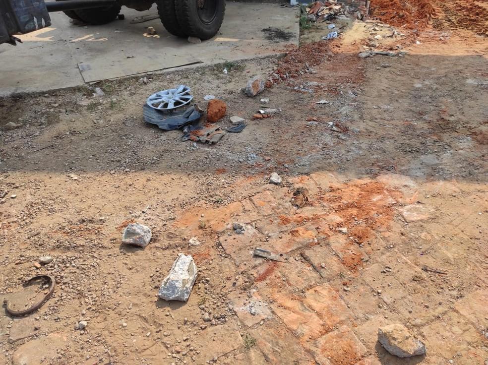 Destroços do veículo ficaram no local do acidente, na Rua Rio de Janeiro, na madrugada de sábado (29) — Foto: Quésia Melo/Rede Amazônica Acre