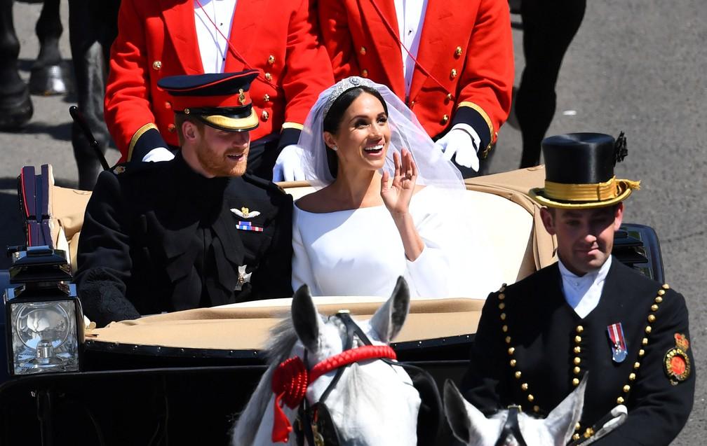Príncipe Harry e Meghan Markle durante passeio de carruagem por Windsor (Foto: Dylan Martinez/Reuters)