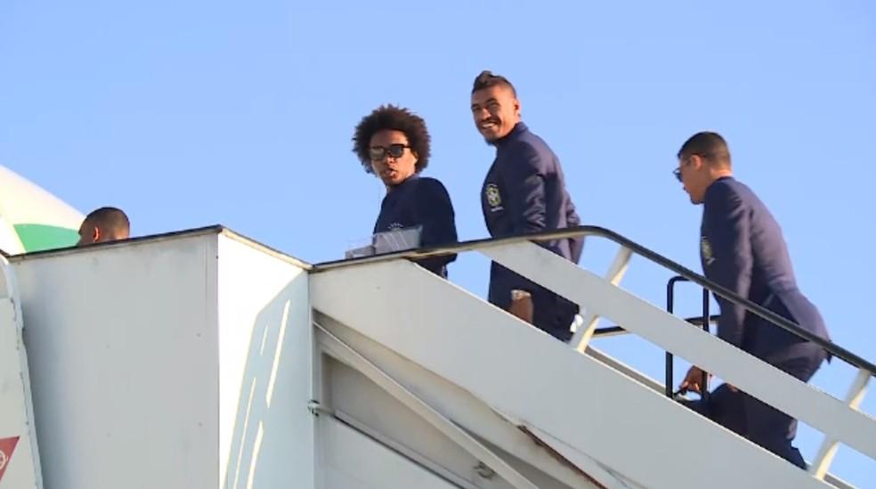 Willian, Paulinho e Thiago Silva sobem a escada rumo ao avião que levará a seleção brasileira para Londres (Foto: Reprodução de vídeo)