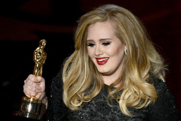 Adele com o Oscar recebido por ela em 2013 (Foto: Getty Images)