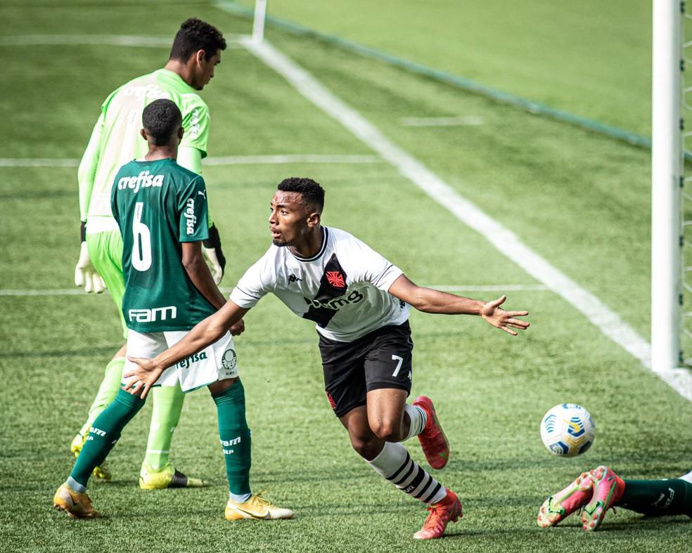 Paixão marcou um dos gols da classificação contra o Palmeiras, nesta sexta. Time sub-17 está na semifinal do Brasileiro — Foto: Carlos Santana/Portal da Base