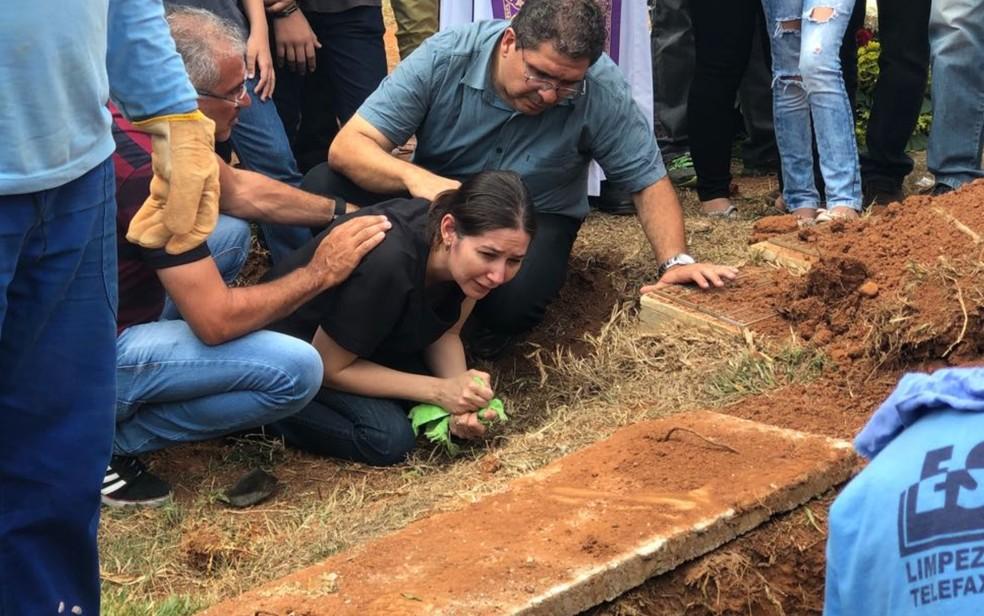Mãe de João Vitor Gomes chora ao enterrar o corpo do filho, em Goiânia (Foto: Danila Bernardes/ TV Anhanguera)
