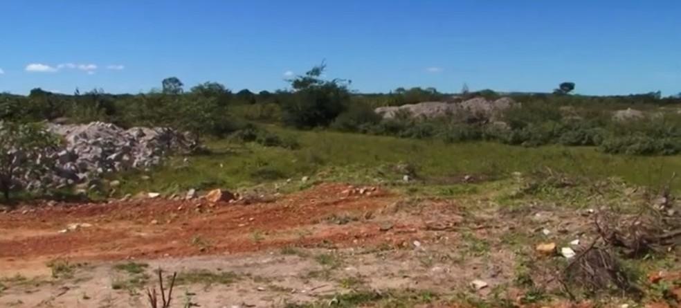 Terreno foi doado para que posto médico fosse construído, mas, até agora, — Foto: Reprodução/ TV Sudoeste