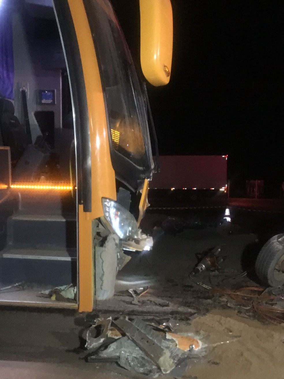 Nem o motorista do ônibus nem os 28 estudantes tiveram ferimentos (Foto: Divulgação)