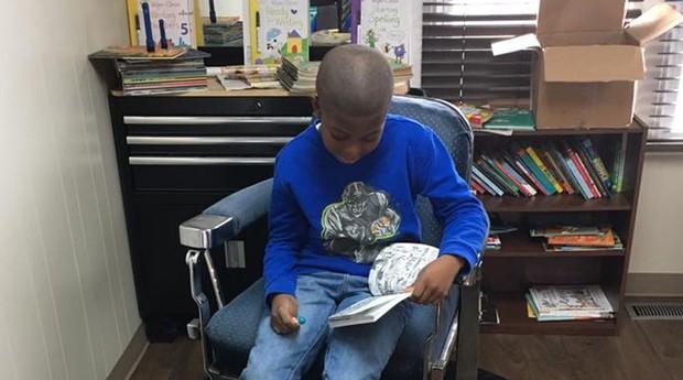 As crianças são incentivadas a ler na barbearia (Foto: Reprodução/Facebook/The Fuller Cut)