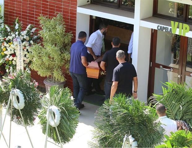 Corpo de Alda Meneghel chega ao velório (Foto: Daniel Pinheiro/AgNews)