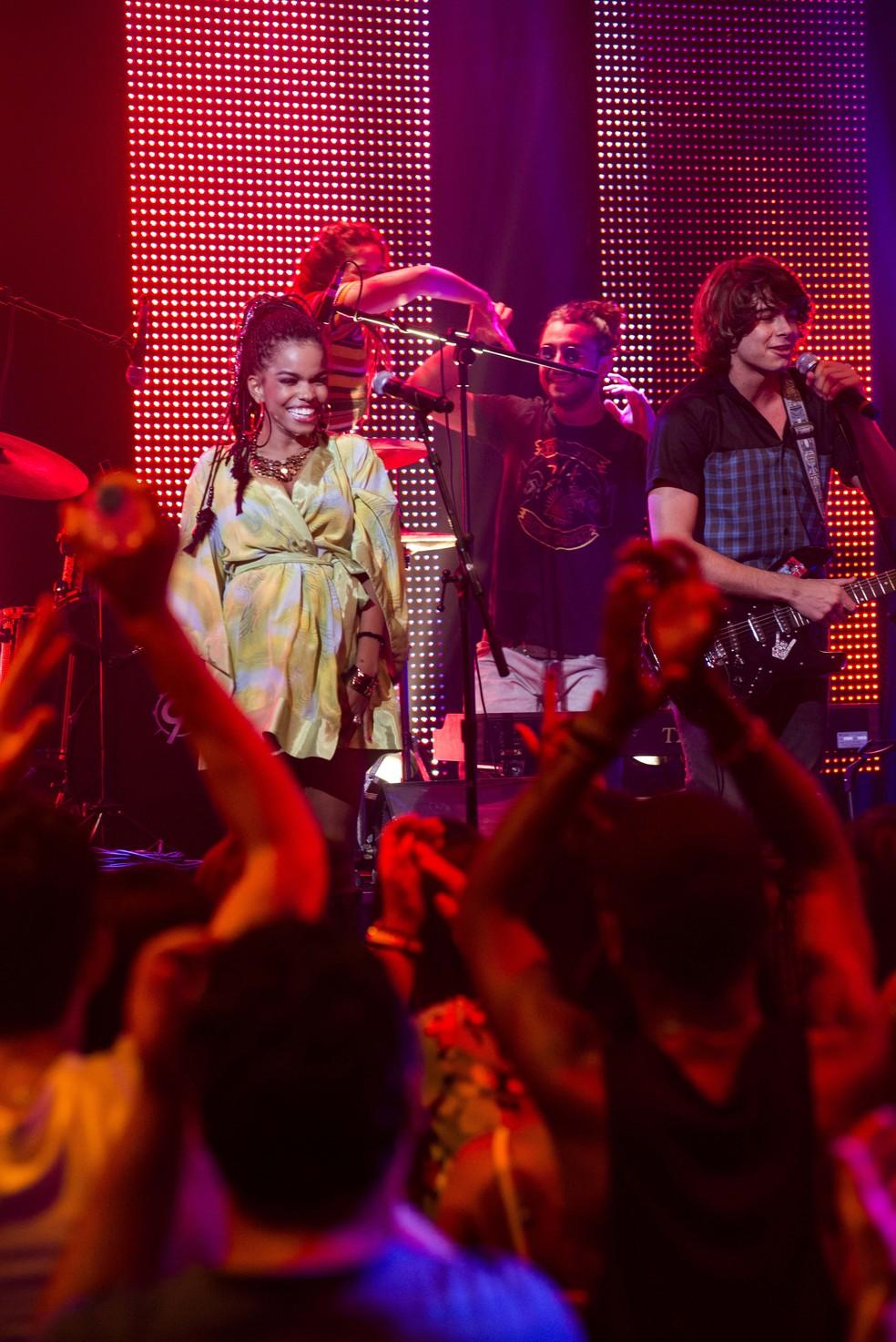 Sol (Jeniffer Nascimento), Pedro (Rafael Vitti) e toda a banda arrasam no show - 'Malhação Sonhos' — Foto: Ellen Soares/Globo