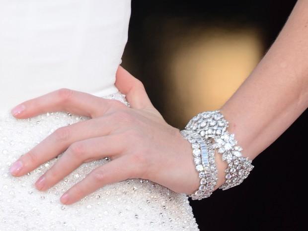 Detalhe da pulseira de Charlize Theron (Foto: Getty)
