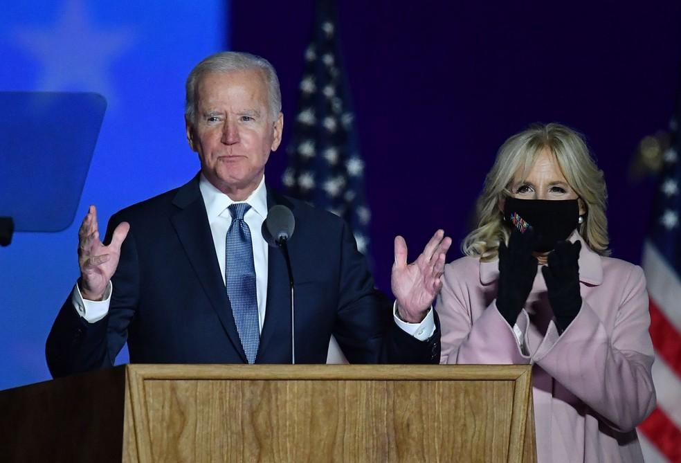 O candidato democrata Joe Biden fala a apoiadores, ao lado da mulher, Jill, no Chase Center, em Wilmington, Delaware, na madrugada de 4 de novembro — Foto: Angela Weiss/AFP