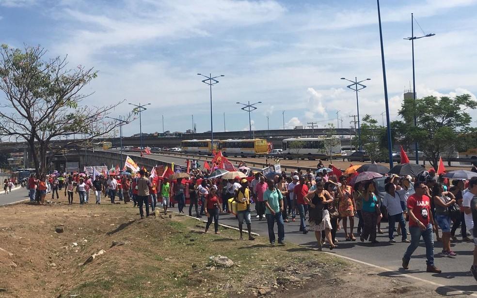 Manifestantes em caminhada na região da Rótula do Abacaxi, em Salvador  — Foto: Phael Fernandes/G1
