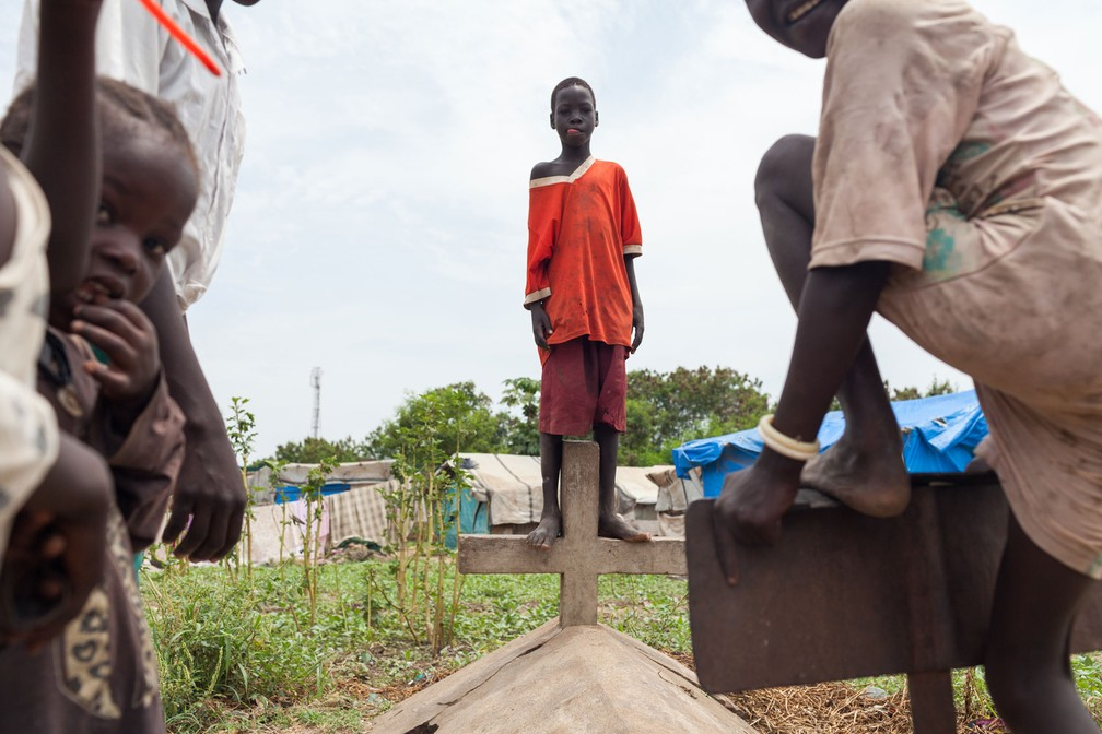 Brasileiro clica garotos em acampamento de deslocados internos em cemitério de Juba, no Sudão do Sul (Foto: Bruno Feder)
