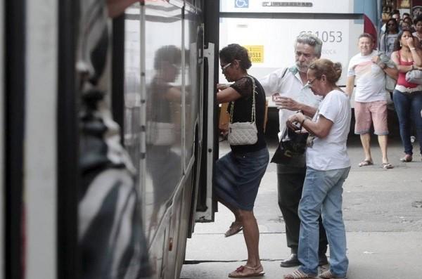 Idosos no terminal de ônibus da Central do Brasil, no Rio de Janeiro