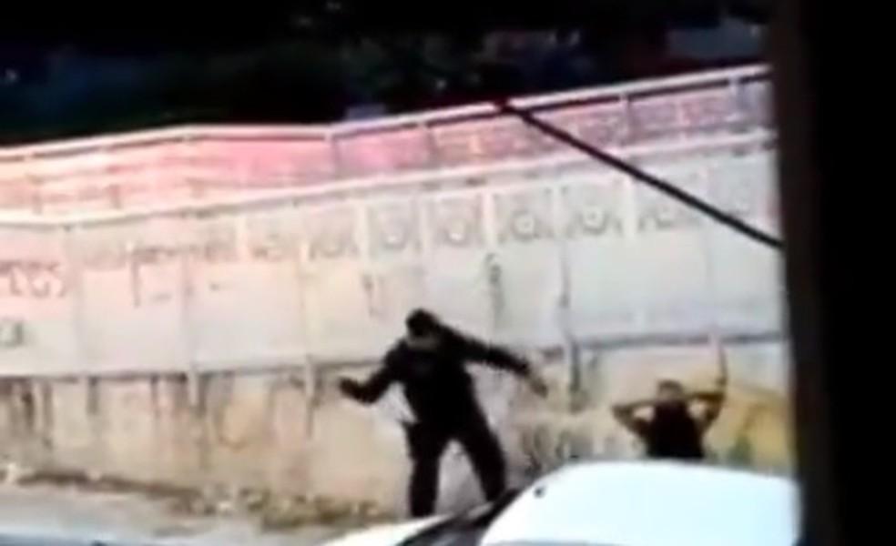 Policial agride mulher em festa de pré-carnaval em Fortaleza — Foto: Reprodução