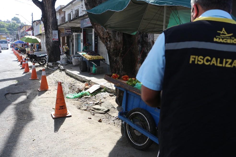 Equipes da prefeitura realizam ação de alinhamento de ambulantes no Centro de Maceió — Foto: Alberto Jorge/Ascom Semscs